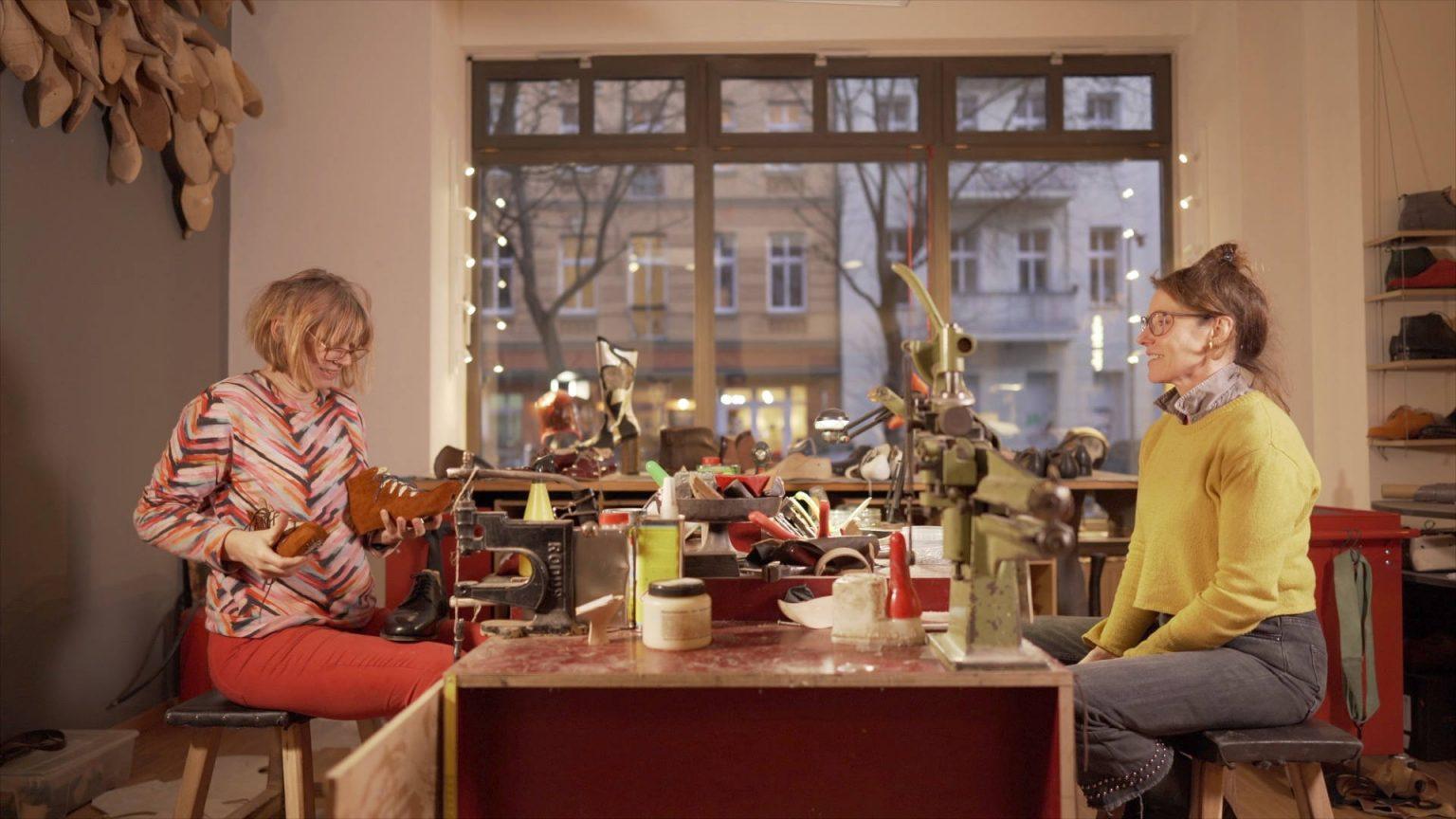 Die Berliner Maßschuhmacherinnen Hennemann und Braun an ihrer Werkbank